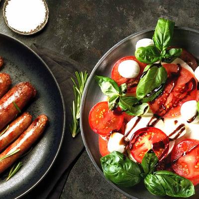 Grillwurst mit Mozzarella-Tomatensalat