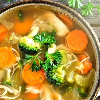 Frühlings-Gemüsesuppe mit Würstchen
